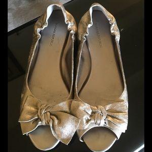 Banana Republic Gold open toe w/ bow size 8 1/2