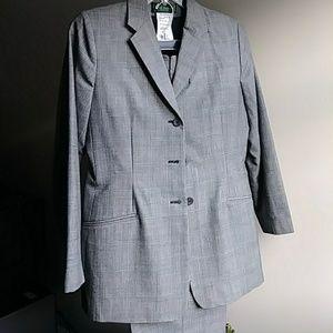 Harve' Bernard Pant Suit