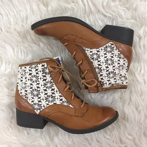 🆕Steve Madden Tan boots with Lace inlay