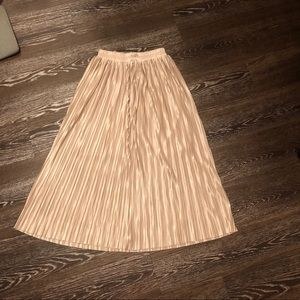 Dresses & Skirts - Shiny golden pleated skirt with elastic waist