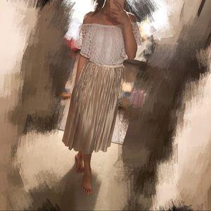 Dresses & Skirts - Shiny golden pleated skirt with elastic waist