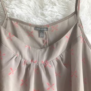 Lavender color camisole with pink arrows. Size: M