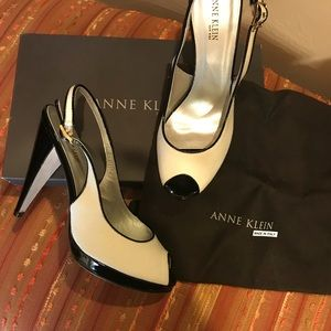 Anne Klein off white linen and black leather pumps