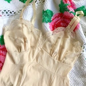 ✨VINTAGE✨ Pretty Nude Lace Full Slip