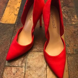 Red pointed toe heels 👠