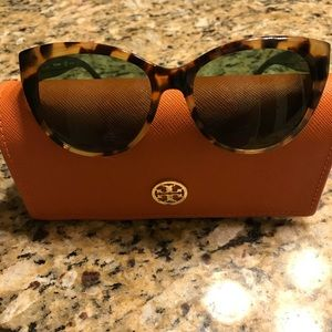 Tu7084 Tory Burch cat eye sunglasses & case