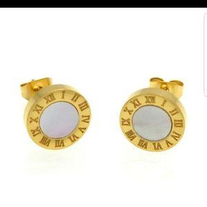 Gold Earring White Shell Center NWOT