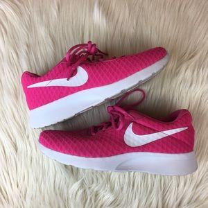 Nike Women's Tennis Shoe Pink Roshe Size 7.5