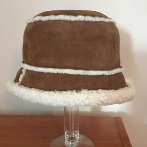 Suede hat with lamb wool