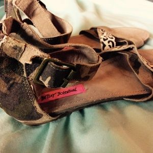 Betsey Johnson 8.5 Flat Sandals NWOT