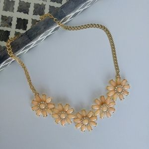Jewelry - Pretty peach and gold statement flower necklace