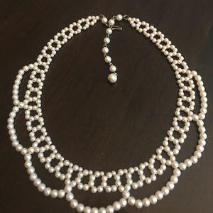 Vintage faux pearl collar choker in white. EUC