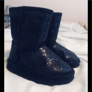 Toddlers size 5 Ugg like boots.