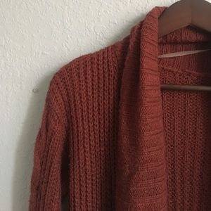 cozy burgundy cardigan 🍁