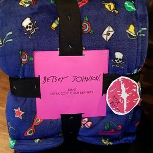🎁Betsey Johnson skull and xmas blanket
