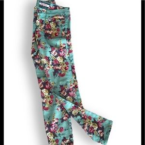 Floral print skinny jeans by Hot KISS. Size 2