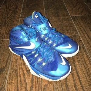 Boy's Nike Lebron VIII Soldier Basketball Shoes 7Y
