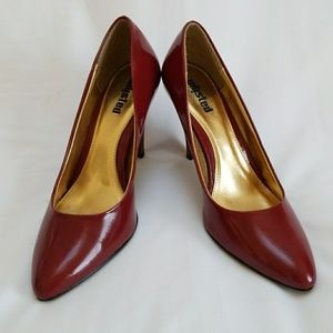 Unlisted patent leather shoes