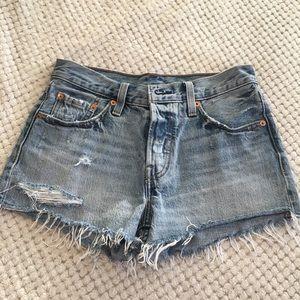 EUC Levi's size 25 mid rise denim short shorts!