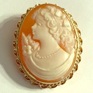 Jewelry - Cameo Classic in a 14K Yellow Gold Frame.