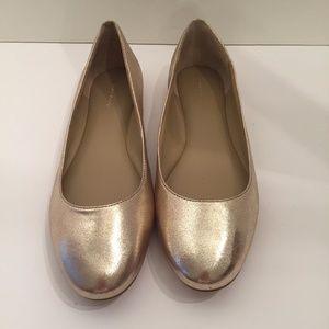 WOMENS ANN TAYLOR SHINY GOLD FLATS SZ 9