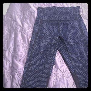 Lululemon blue and black cropped leggings sz2