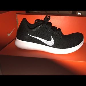 Nike Women's Free RN Flyknit Blk/Wht NEW Sell ASAP