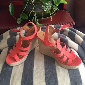 Wedge sandal in lovely coral color sz.7