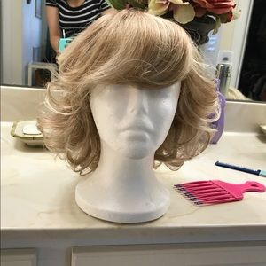 Accessories - Curled sandy blonde wig