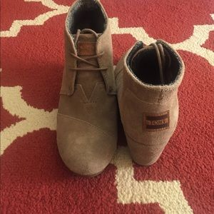 Toms Taupe Suede Desert Wedge Booties, 8.5
