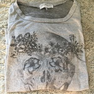 Long sleeve tee with skull design.