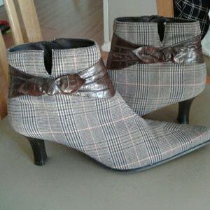 Predictions short plaid boots size 9