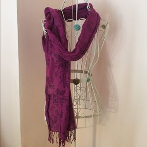 Fuchsia scarf with floral and lace pattern