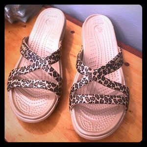 Crocs size 8 leopard print sandal