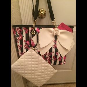 🌺NWT! Betsey Johnson Floral Tote with Pouch
