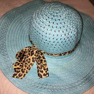 Light blue beach straw hat w/animal print ribbon