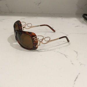 Sunglasses with decorative temple