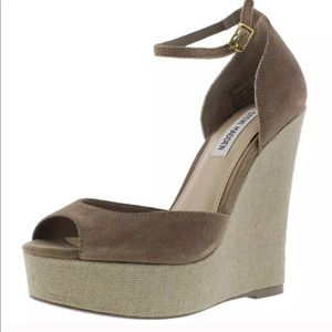 Sexy Steve Madden Taupe Tan Wedges