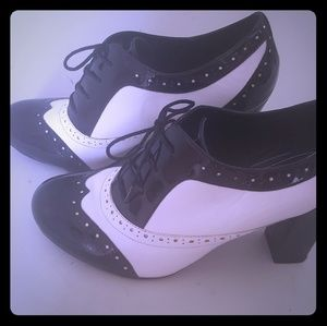 Aldo Black and White Leather shoes size 8