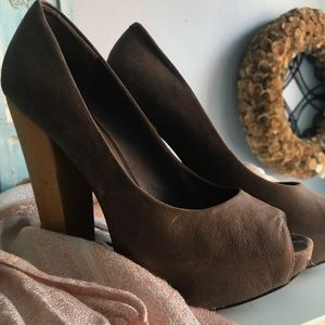 Brown matte leather pumps with wooden heel