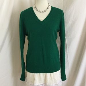 Classic V-Beck wool sweater in forest green