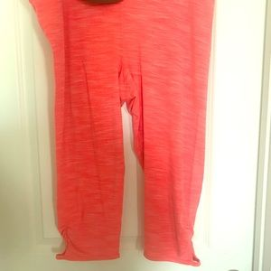 Gap Fit ruched edge with keyhole neon pink capri