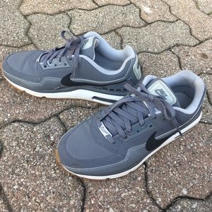 MAKE AN OFFER!! NIKE AIR MAX. Great condition.