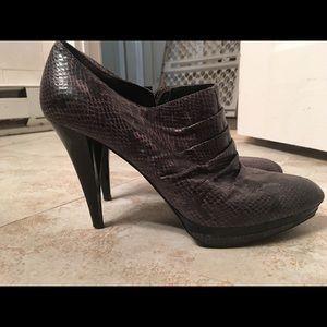 Nine West Bootie Heels Size 10 in Grey Snake Print