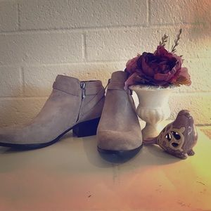 PERFECT FOR FALL 🍂Grey Suede Booties