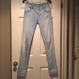 Elle Tahari EUC distressed blue jeans. Size 4-6