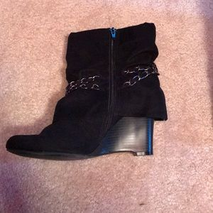 f89943693128 Apt. 9 Shoes - Black apt.9 wedge boot with chain