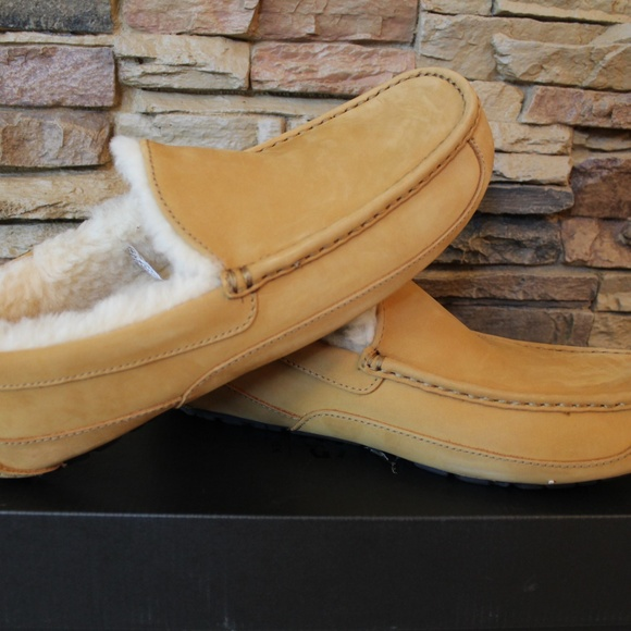 7f333557407 UGG MEN S ASCOT LEATHER SLIPPERS