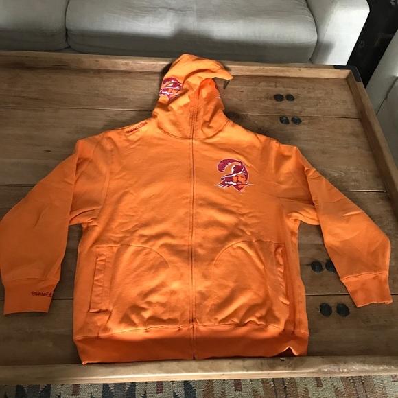 ... Tampa Bay Buccaneers sweatshirt. M 59ebb30699086a8a15051fd0 0ee5c7316
