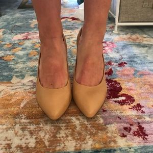 Size 9 Jessica Simpson heels Tan in color 3 in.